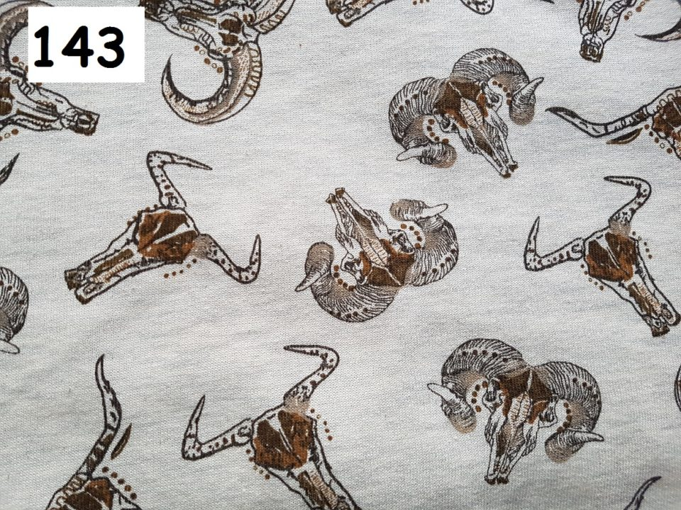 143 - lebky na šedé